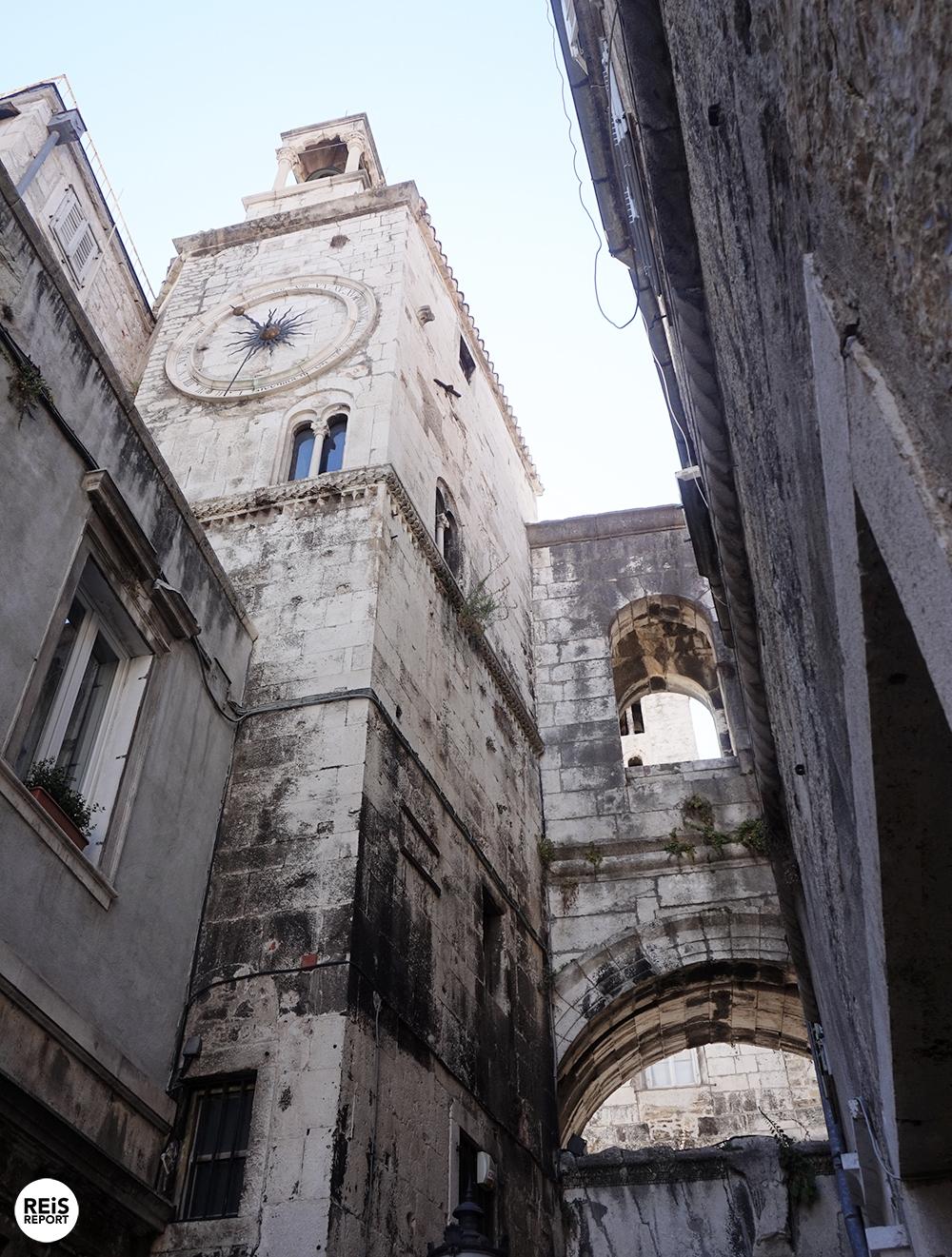 Alle Split bezienswaardigheden vind je hier op een rij. Split is de grootste en belangrijkste stad in Dalmatië en is de tweede stad van Kroatië. Deze uitbundige stad heeft een juiste balans van traditie en moderniteit. Tientallen bars, restaurants en winkels maar ook sfeervolle oude muren, musea en mooie kerken. Split is gelegen op een klein schiereiland in de Adriatische Zee en is een belangrijke economische en toeristische stad. In de volksmond wordt het dan ook de hoofdstad van Dalmatië genoemd. Vanuit de haven varen er dagelijks meerdere ferrys richting andere Dalmatische eilanden en Italiaanse steden. Het eilandje Brač ligt tegenover de stad en is een van onze favoriete eilanden van Kroatië. Split bezienswaardigheden op een rij Het paleis van Diocletianus Stap binnen in het hart van Split, dat wordt gevormd door het paleis van Diocletianus. Het is een van 's werelds meest indrukwekkende Romeinse monumenten. De Romeinse keizer Diocletianus gaf rond het jaar 300 de opdracht voor de bouw van dit paleis. Dit wordt dan ook beschouwd als het begin van het bestaan van de stad Split. Tot de dag van vandaag wordt het centrum van Split gevormd door dit oude paleis. Binnen het paleis van Diocletianus vind je winkels, cafés en kerken. In 1979 werd het paleis van Diocletianus op de UNESCO Werelderfgoedlijst geplaatst en daarmee uiteraard staat dus een groot deel van het centrum van Split op deze lijst. De kathedraal van Sint-Domnius In het paleis van Diocletianus bevindt zich ook de bijzondere achthoekige kathedraal, welke is gewijd aan de heilige Sint-Domnius. Sint-Domnius was in de derde eeuw de bisschop van Salona (vroeger de hoofdstad van de Romeinse provincie Dalmatia) en de beschermheilige van Split. De klokkentoren kenmerkt het stadsgezicht van Split. Het is mogelijk om de klokkentoren te beklimmen met een fantastisch uitzicht als beloning. De oude stad Salona De stad Salona werd door de Avaren in de 6e eeuw aangevallen. De inwoners vluchtten weg uit Salona en vestig