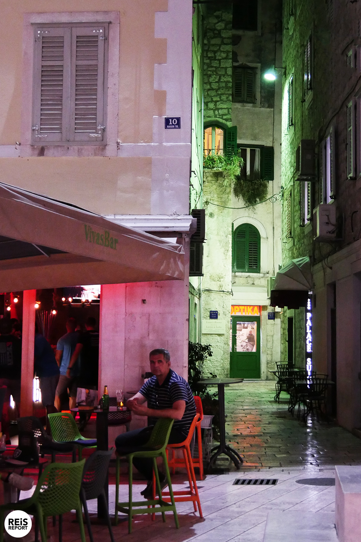 Alle Split bezienswaardigheden vind je hier op een rij.  Split is de grootste en belangrijkste stad in Dalmatië en is de tweede stad van Kroatië. Deze uitbundige stad heeft een juiste balans van traditie en moderniteit. Tientallen bars, restaurants en winkels maar ook sfeervolle oude muren, musea en mooie kerken.  Split is gelegen op een klein schiereiland in de Adriatische Zee en is een belangrijke economische en toeristische stad. In de volksmond wordt het dan ook de hoofdstad van Dalmatië genoemd. Vanuit de haven varen er dagelijks meerdere ferrys richting andere Dalmatische eilanden en Italiaanse steden. Het eilandje Brač ligt tegenover de stad en is een van onze favoriete eilanden van Kroatië.    Split bezienswaardigheden op een rij  Het paleis van Diocletianus  Stap binnen in het hart van Split, dat wordt gevormd door het paleis van Diocletianus. Het is een van 's werelds meest indrukwekkende Romeinse monumenten. De Romeinse keizer Diocletianus gaf rond het jaar 300 de opdracht voor de bouw van dit paleis. Dit wordt dan ook beschouwd als het begin van het bestaan van de stad Split.  Tot de dag van vandaag wordt het centrum van Split gevormd door dit oude paleis. Binnen het paleis van Diocletianus vind je winkels, cafés en kerken. In 1979 werd het paleis van Diocletianus op de UNESCO Werelderfgoedlijst geplaatst en daarmee uiteraard staat dus een groot deel van het centrum van Split op deze lijst.    De kathedraal van Sint-Domnius  In het paleis van Diocletianus bevindt zich ook de bijzondere achthoekige kathedraal, welke is gewijd aan de heilige Sint-Domnius. Sint-Domnius was in de derde eeuw de bisschop van Salona (vroeger de hoofdstad van de Romeinse provincie Dalmatia) en de beschermheilige van Split.    De klokkentoren kenmerkt het stadsgezicht van Split. Het is mogelijk om de klokkentoren te beklimmen met een fantastisch uitzicht als beloning.    De oude stad Salona  De stad Salona werd door de Avaren in de 6e eeuw aangevallen. De inwoners vluchtten weg u