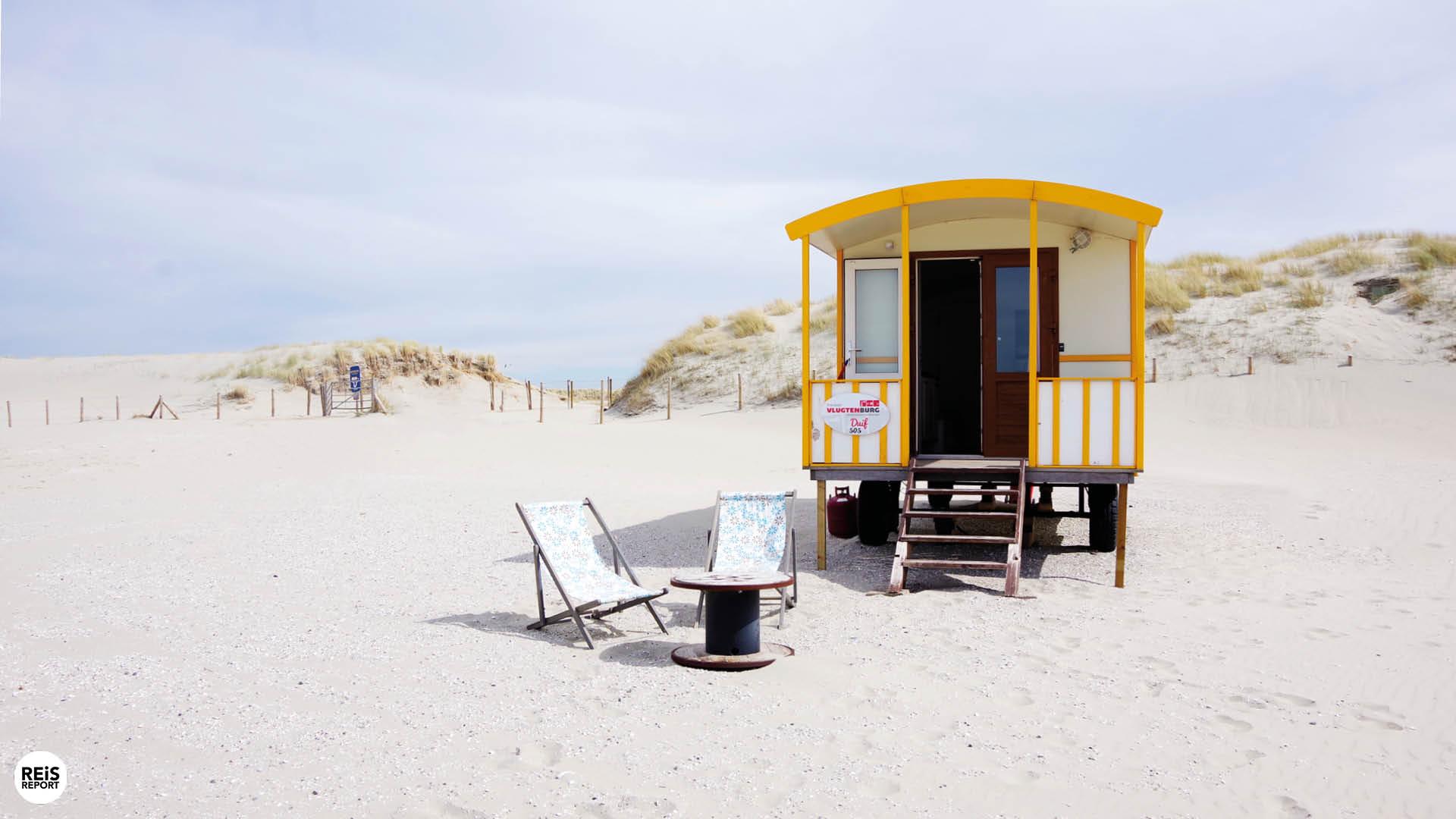pipowagen op strand nederland huisje
