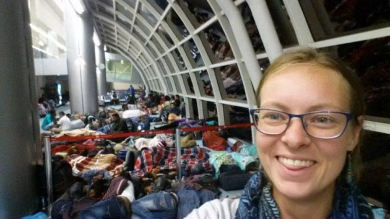 slapen op het vliegveld met honderden mensen